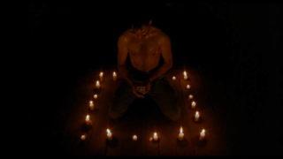 Pas de pentagramme mais un carré de bougies pour invoquer les démons